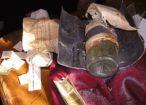 Wewnątrz znajdowało się zwinięte pismo, wykonane na pergaminie oraz komplet banknotów i monet z lat dwudziestych XX w.