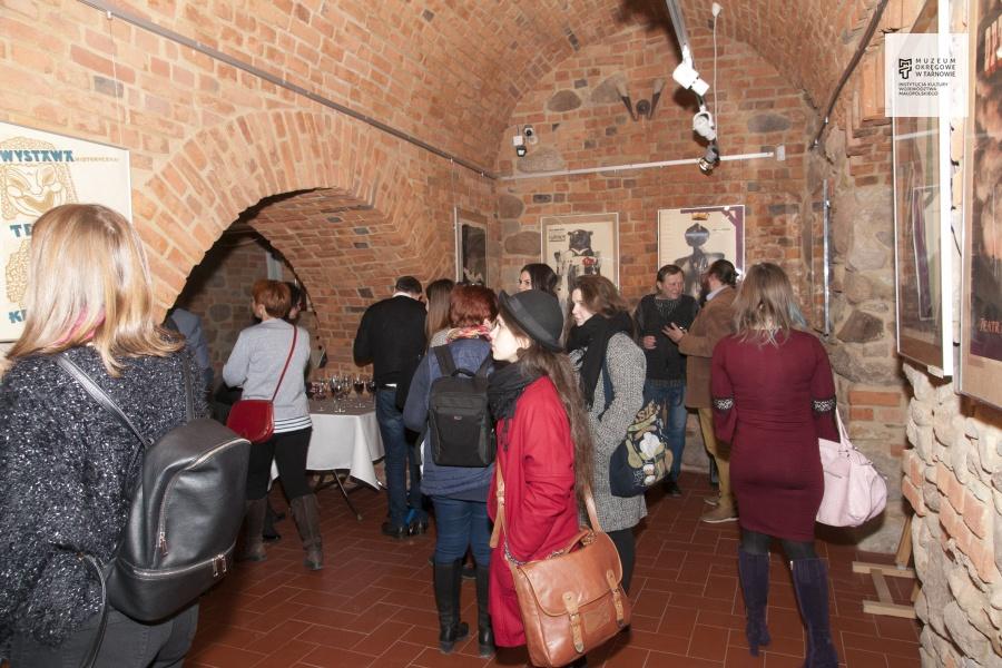 """Otwarcie wystawy """"Plakaty teatralne w zbiorach Muzeum Okręgowego w Tarnowie"""" [FOTO, WIDEO]"""
