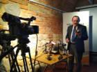 dyrektor Andrzej Szpunar prezentuje odkrycia archeologiczne