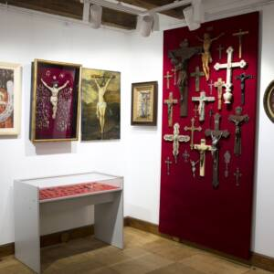 wystawa przedstawiająca dawne ikony, rzeźby iinne przedmioty sakralne
